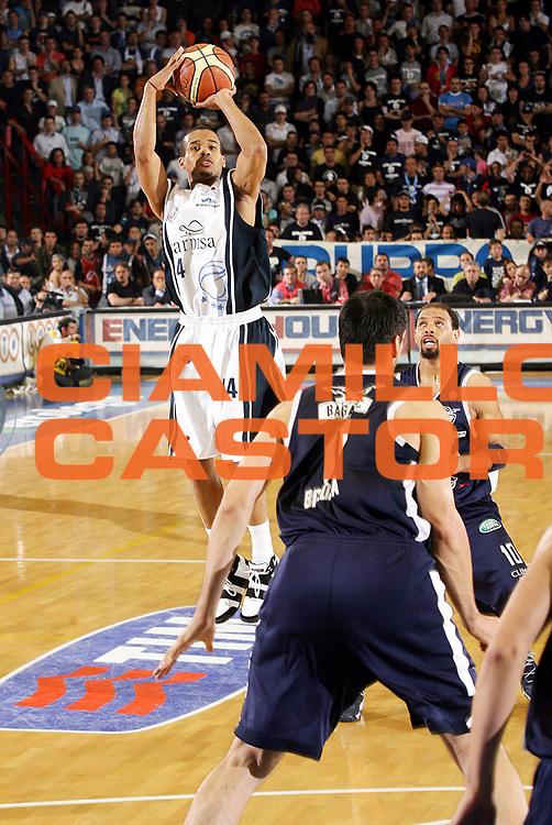 DESCRIZIONE : Napoli Lega A1 2005-06 Play Off Semifinale Gara 4 Carpisa Napoli Climamio Fortitudo Bologna <br /> GIOCATORE : Greer<br /> SQUADRA : Carpisa Napoli <br /> EVENTO : Campionato Lega A1 2005-2006 Play Off Semifinale Gara 4 <br /> GARA : Carpisa Napoli Climamio Fortitudo Bologna <br /> DATA : 09/06/2006 <br /> CATEGORIA : Tiro<br /> SPORT : Pallacanestro <br /> AUTORE : Agenzia Ciamillo-Castoria/G.Ciamillo