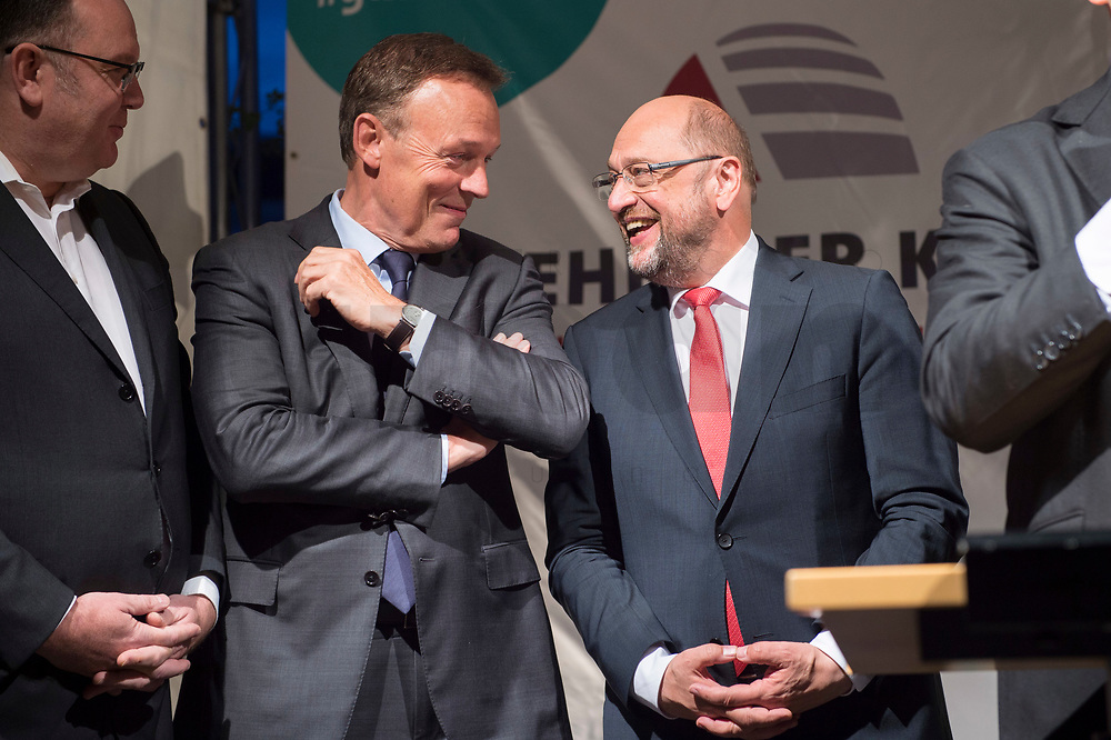 25 SEP 2017, BERLIN/GERMANY:<br /> Thomas Oppermann (L), MdB, SPD, scheidender Fraktionsvorsitzender, und Martin Schulz (R), SPD Parteivorsitzender, im Gespraech, Gartenfest des Seeheimer Kreises der SPD, Garten der Deutsche Parlamentarischen Gesellschaft<br /> IMAGE: 20170925-01-154<br /> KEYWORDS: Sommerfest, Gespräch