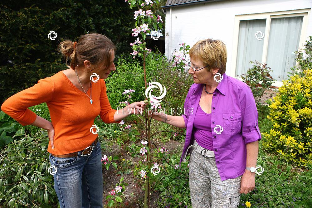 BRUCHEM - Antoinette Veltman (r) en Jessica van de Water (l) zijn twee dames die zich volledig hebben gewijd aan planten en bloemen die eetbaar zijn. FOTO LEVIN DEN BOER - PERSFOTO.NU