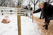 Een vrouw zoekt naar de naam van een overleden dierbare op een lang lint. Op begraafplaats Daelwijck in Utrecht vindt de eerste Troostdag plaats. Burgemeester Aleid Wolfsen van Utrecht laat een witte ballon op met daaraan een lint van 190 meter. Op het lint staan alle 1787 namen van Utrechters die het afgelopen jaar zijn overleden. Op de begraafplaats zijn ook diverse kramen waar nabestaanden troost kunnen zoeken of hun dierbaren kunnen herdenken.<br /> <br /> A woman is searching for the name of a deceased relative on a ribbon. At cemetery Daelwijck in Utrecht for the first time a 'comfort day' is held to remember the deceasedes of last year.