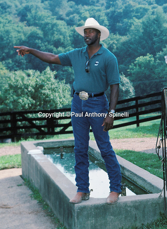Former NFL Pittsburgh Steelers defensive back Mel Blount points at the Mel Blount Youth Home on Aug. 30, 1997 in Pittsburgh. (©Paul Anthony Spinelli)