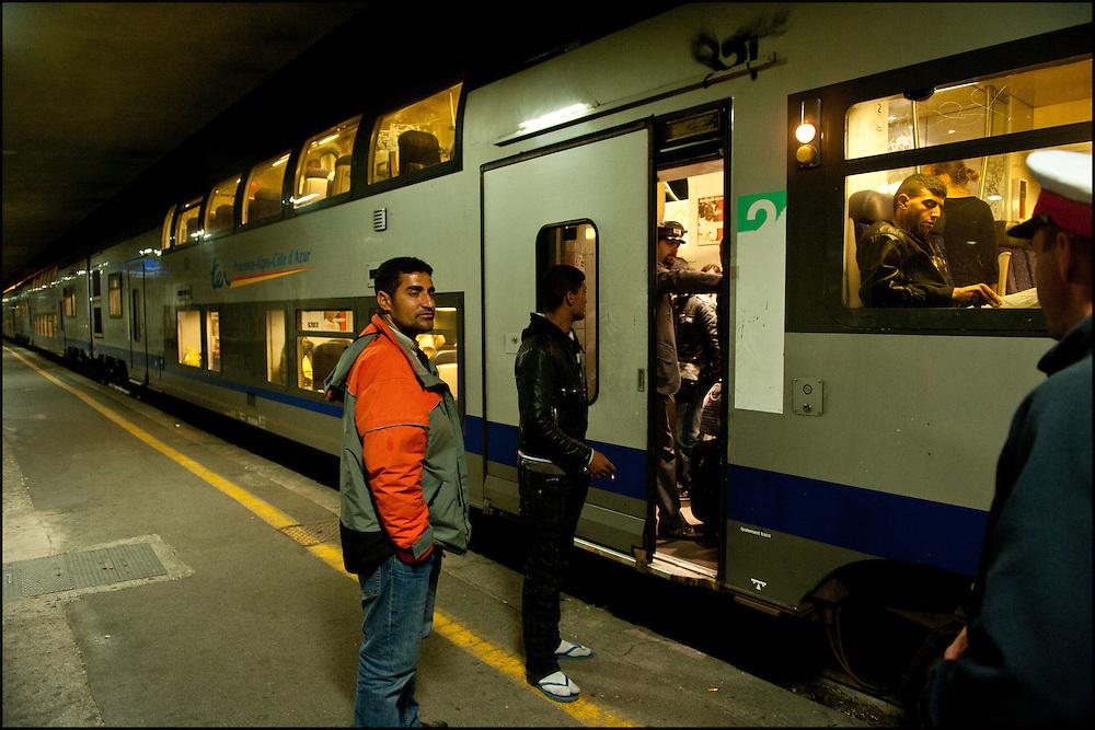 Abdallah et Hassan sont originaires de Gabes en Tunisie, cela fait plus d'un mois qu'ils sont en Italie et qu'ils tentent de rejoindre la France, en gare de Vintimille le 22 Avril 2011 © Benjamin Girette/IP3 press
