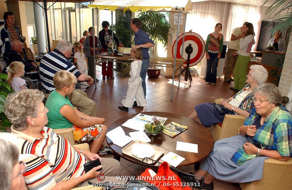 NLD/Amsterdam/20050915 - Opa en omadag bejaardentehuis VoorAnker Huizen, Saskia Veerman, rad van fortuin