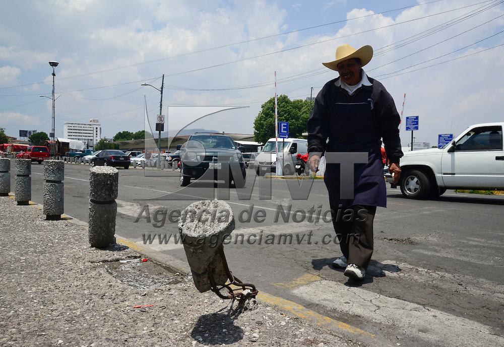 Toluca, México.- Los pilares que fueron puestos en las inmediaciones del Parque Luis Donaldo Colosio para evitar que los automovilistas que se estacionan en la zona se subieran a las banquetas, en su mayoría han sido destruidos por los mismos automovilistas, que los golpean y poco a poco los derriban. Agencia MVT / Crisanta Espinosa
