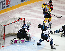 12.02.2015, Albert Schultz Eishalle, Wien, AUT, EBEL, UPC Vienna Capitals vs EHC Liwest Linz, Zwischenrunde, im Bild Michael Ouzas (EHC Liwest Linz), Curtis Murphy (EHC Liwest Linz) und Dustin Sylvester (UPC Vienna Capitals) // during the Erste Bank Icehockey League intermediate heats match between UPC Vienna Capitals and EHC Liwest Linz at the Albert Schultz Ice Arena, Vienna, Austria on 2015/02/12. EXPA Pictures © 2015, PhotoCredit: EXPA/ Thomas Haumer