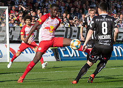 07.04.2019, TGW Arena, Pasching, AUT, 1. FBL, LASK vs FC Red Bull Salzburg, Meistergruppe, 24. Spieltag, im Bild v.l. Jerome Onguene (FC Red Bull Salzburg), Peter Michorl (LASK) // during the tipico Bundesliga Master group, 24th round match between LASK and FC Red Bull Salzburg at the TGW Arena in Pasching, Austria on 2019/04/07. EXPA Pictures © 2019, PhotoCredit: EXPA/ Reinhard Eisenbauer