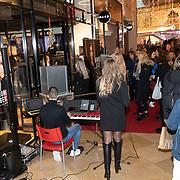 NLD/Amstelveen/20191213 - Monica Geuze presenteert eigen NA-KD kledinglijn, Drukte bij de opening van de Na-KD winkel van Monica Geuze