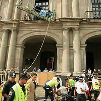 Toluca, Mex.- Paramedicos del SUEM atienden a un trabajador que cayo desde un andamio en el segundo piso del palacio de gobierno de Toluca; el empleado se encontraba realizando remodelaciones a la campana y balcon central del palacio en la vispera de la ceremonia del grito de independencia. Agencia MVT / Mario Vazquez de la Torre. (DIGITAL)<br /> <br /> <br /> <br /> <br /> <br /> <br /> <br /> NO ARCHIVAR - NO ARCHIVE