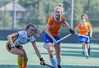 BLOEMENDAAL   -  Sophie Goorhuis met Roos Heimel (Vict) oefenwedstrijd dames Bloemendaal-Victoria, te voorbereiding seizoen 2020-2021.   COPYRIGHT KOEN SUYK