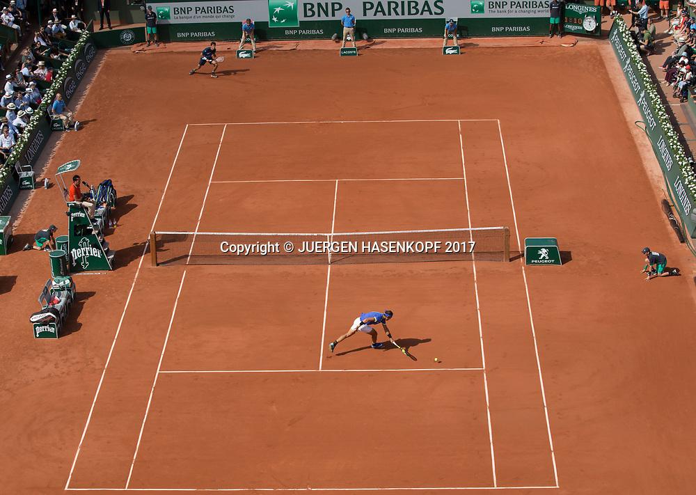 RAFAEL NADAL (ESP) und ROBIN HAASE (NED) auf dem Centre Court, Uebersicht von oben<br /> <br /> Tennis - French Open 2017 - Grand Slam / ATP / WTA / ITF -  Roland Garros - Paris -  - France  - 31 May 2017.