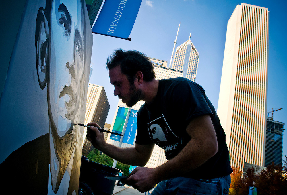 Artist Patrik Skoff working on a painting of Barrack Obama, in Millenium Park, Chicago on election day..Chris Maluszynski /Moment / Agence VU