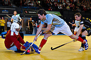 Simon Mantell de la Reading incearca sa inscrie in semifinala impotriva celor de la Beeston, din cadrul Super Sixes Finals la hockey in sala, duminica, 30 ianuarie 2011. BOGDAN MARAN / MMEDIAFAX FOTO