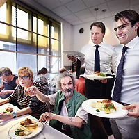 Nederland, Amsterdam , 23 april 2014.<br /> Aspergelunch door sterrenchefs voor Leger des Heils.<br /> De aspergelunch voor bewoners van de Zuiderburgh, een maatschappelijke opvang van het Leger des Heils, vorig jaar smaakte naar meer: woensdag 23 april aanstaande serveren de chef-koks van vijf Amsterdamse toprestaurants daarom opnieuw een sterrenlunch met als hoofdingrediënt het witte goud uit Limburg. De deelnemende restaurants zijn Ron Gastrobar (*), Le Garage, La Rive (*), Vinkeles (*) en De Kerstentuin. Deze lunch wordt niet alleen aangeboden door de Nationale Aspergepartij, de bestuursleden zullen zelf ook de handen uit de mouwen steken door de bediening te verzorgen in samenwerking met deelnemers van 50|50 Food, het arbeidsre-integratie project van het Leger des Heils.<br /> Sterrenstage met baan<br /> Foto:Jean-Pierre Jans