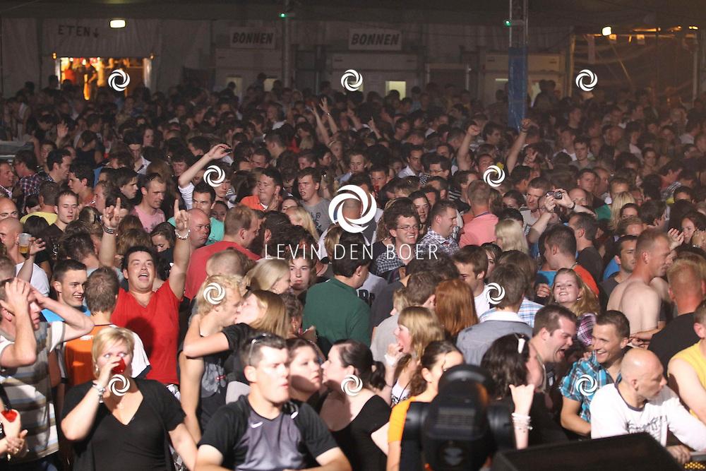 ALEM - De bezoekers gingen helemaal uit hun dak bij de 90s party op Alempop. FOTO LEVIN DEN BOER - PERSFOTO.NU