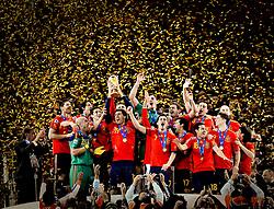 11.07.2010, Soccer-City-Stadion, Johannesburg, RSA, FIFA WM 2010, Finale, Niederlande (NED) vs Spanien (ESP) im Bild die Spanische Nationalmannschaft stemmt den WM Pokal in den Nachthimmel von Johannesburg, EXPA Pictures © 2010, PhotoCredit: EXPA/ InsideFoto/ Perottino *** ATTENTION *** FOR AUSTRIA AND SLOVENIA USE ONLY! / SPORTIDA PHOTO AGENCY