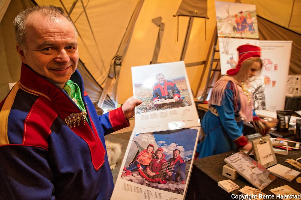 Ailu Utsi og datteren Sara Maja Utsi, familien driver med reindrift, duodji, dvs. samisk håndverk, og turisme i Finnmark, Finngammvannet, Kjøllefjord, Nordkyn. Samarbeider bl.a. med Hurtigruten.