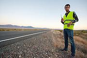 Een teamlid wacht tot de VeloX 6 aankomt bij het vangteam tijdens de vijfde racedag. In Battle Mountain (Nevada) wordt ieder jaar de World Human Powered Speed Challenge gehouden. Tijdens deze wedstrijd wordt geprobeerd zo hard mogelijk te fietsen op pure menskracht. Het huidige record staat sinds 2015 op naam van de Canadees Todd Reichert die 139,45 km/h reed. De deelnemers bestaan zowel uit teams van universiteiten als uit hobbyisten. Met de gestroomlijnde fietsen willen ze laten zien wat mogelijk is met menskracht. De speciale ligfietsen kunnen gezien worden als de Formule 1 van het fietsen. De kennis die wordt opgedaan wordt ook gebruikt om duurzaam vervoer verder te ontwikkelen.<br /> <br /> In Battle Mountain (Nevada) each year the World Human Powered Speed Challenge is held. During this race they try to ride on pure manpower as hard as possible. Since 2015 the Canadian Todd Reichert is record holder with a speed of 136,45 km/h. The participants consist of both teams from universities and from hobbyists. With the sleek bikes they want to show what is possible with human power. The special recumbent bicycles can be seen as the Formula 1 of the bicycle. The knowledge gained is also used to develop sustainable transport.