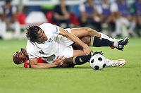 FUSSBALL EUROPAMEISTERSCHAFT 2008  Viertelfinale Spanien - Italien    22.06.2008 Marcos Senna (ESP links) gegen Luca Toni (ITA)