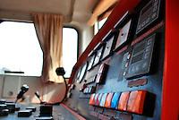 Le Ferrovie del Sud Est nascono in Puglia, nell'ottobre del 1931. A questà nuova società veniva dato in concessione l'insieme delle reti ferroviarie precedentemente gestite da diversi organismi (Società per le Ferrovie Salentine, Società per le Ferrovie Sussidiate, Ferrovie dello Stato)..Le aree pugliesi attraversate dalla società ferroviaria sono l'area barese, la fascia Taranto-Brindisi e l'area leccese-salentina, collegando fra loro i capoluoghi di Bari, Taranto e Lecce, nonché oltre 130 comuni delle province meridionali..Il reportage fotografico sulle Ferrovie Sud Est intende testimoniare l'evoluzione tecnologica che, durante gli anni, ha modificato e migliorato il servizio ferroviario e la convivenza del progresso con tracce del passato, attraverso un viaggio tra le stazioni e i depositi..Interno della cabina di guida di una locomotiva UPA nel deposito di Bari Sud Est.