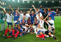 Fotball<br /> Foto: Witters/Digitalsport<br /> NORWAY ONLY<br /> <br /> Frankreich Fussball Europameister 2000<br /> <br /> Oben v.l. Sylvain WILTORD, David TREZEGUET, Zinedine ZIDANE, Patrick VIEIRA, Robert PIRES, Didier DESCHAMPPS, Emmanuel PETIT, Bernard LAMA, Nicolas ANELKA<br /> <br /> Mitte: Frank LEBOEUF, Marcel DESAILLY, Bixente LIZARAZU, Youri DJORKAEFF,<br /> <br /> Vorn: Thierry HENRY, Lilian THURAM, Laurent BLANC, Fabien BARTHEZ<br /> <br /> EURO 2000  Finale  <br /> Frankreich - Italien  2:1 n.V.
