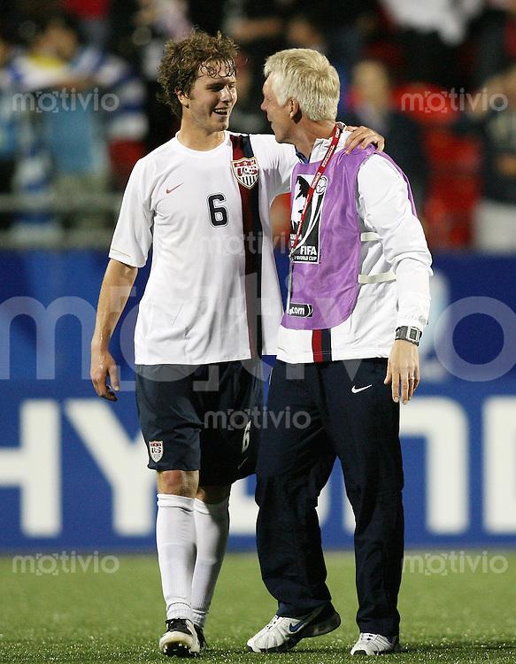Fussball International U 20 WM  Achtelfinale USA - Uruguay USA-Trainer Thomas rongen (re) mit dem Torschuetzen zum 2:1 Michael BRADLEY (USA,li)