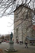 Vår Frue kirke og statuen av Peter Wessel Tordenskjold.