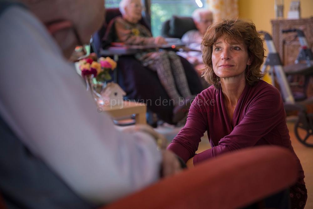 Haren Gr 20150610. Janneke Geurts is een zingende psycholoog en zet met haar liedjes mensen aan om met elkaar te praten. Zij geeft een concert in ZorgCentrum Westerholm. foto: Pepijn van den Broeke