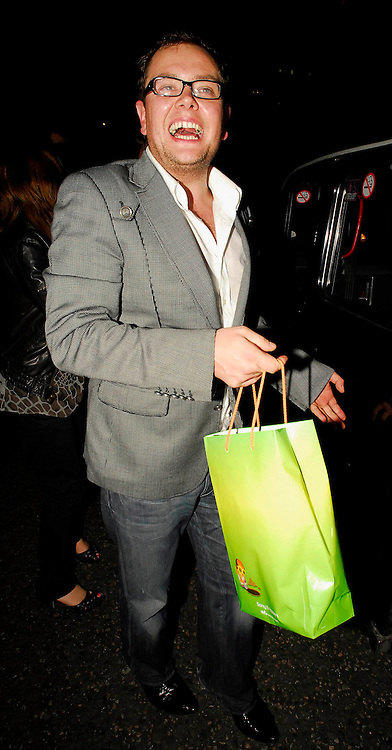 08.OCTOBER.2007. LONDON<br /> <br /> ALAN CARR LEAVING THE Q AWARDS AFTERPARTY AT THE MET BAR.<br /> <br /> BYLINE: EDBIMAGEARCHIVE.CO.UK<br /> <br /> *THIS IMAGE IS STRICTLY FOR UK NEWSPAPERS AND MAGAZINES ONLY*<br /> *FOR WORLD WIDE SALES AND WEB USE PLEASE CONTACT EDBIMAGEARCHIVE - 0208 954 5968*