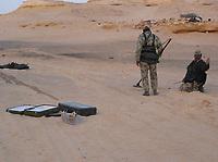 Motorsport, Paris - Dakar 2003, Miner, leter etter miner. mine<br />Foto: Eric Vargiolu, Digitalsport