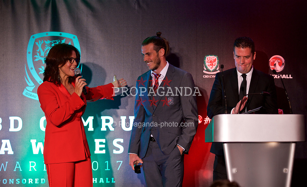 CARDIFF, WALES - Monday, October 2, 2017: FAW Men's Players' Player of the Year Gareth Bale receives his award on stage with Francis Donovan during the FAW Awards Dinner at the Hensol Castle. (Pic by David Rawcliffe/Propaganda)