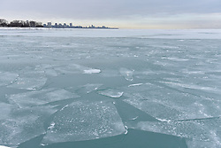 © Licensed to London News Pictures. 31/12/2017. CHICAGO, USA.  The waters of Lake Michigan around Chicago have frozen during a period of sub-zero temperatures.  Extremely cold conditions are forecast to continue into the New Year. Photo credit: Stephen Chung/LNP