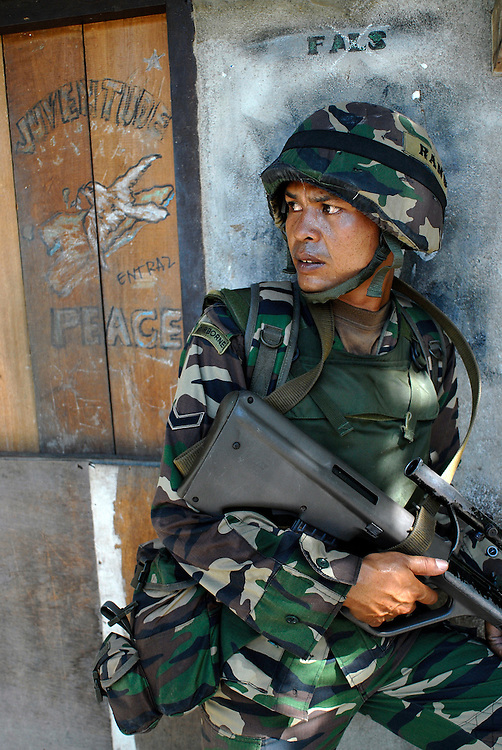 A Malaysian Paratrooper patrols the Comora area of Dili, in an effort to prevent the continual Gang violence that plagues the area. East Timor 04/06/06