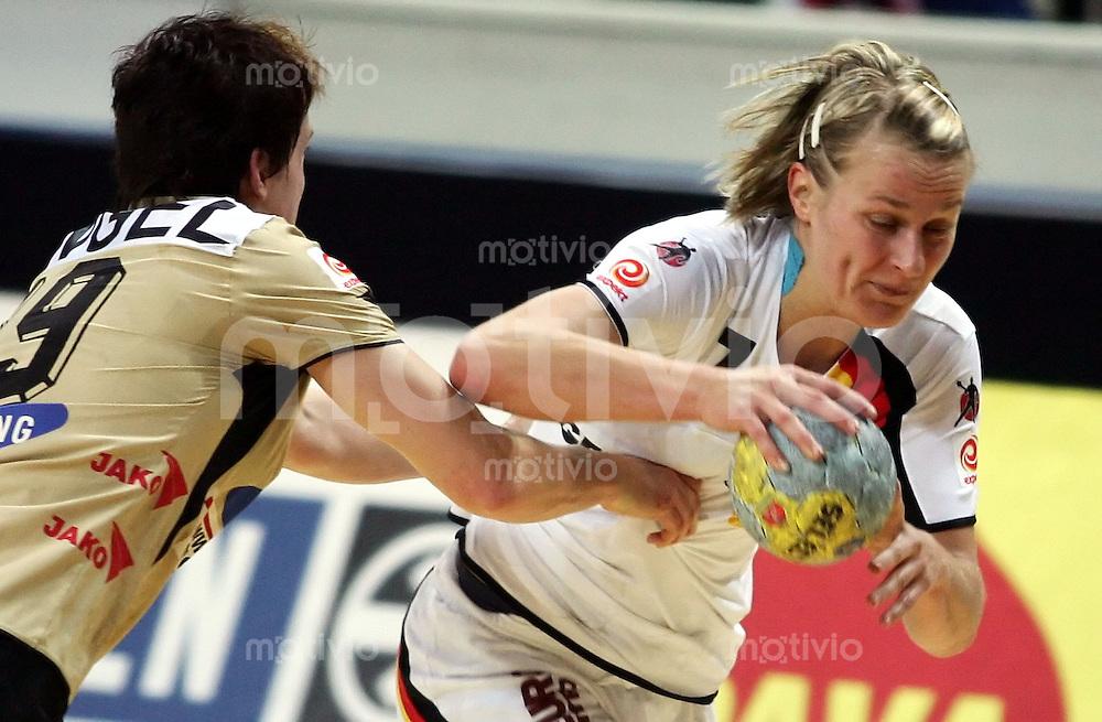 Handball Frauen WM 2005 Vorrunde St. Petersburg Deutschland-Oesterreich  Nina Woerz (GER rechts) gegen Katrin Engel (AUT)
