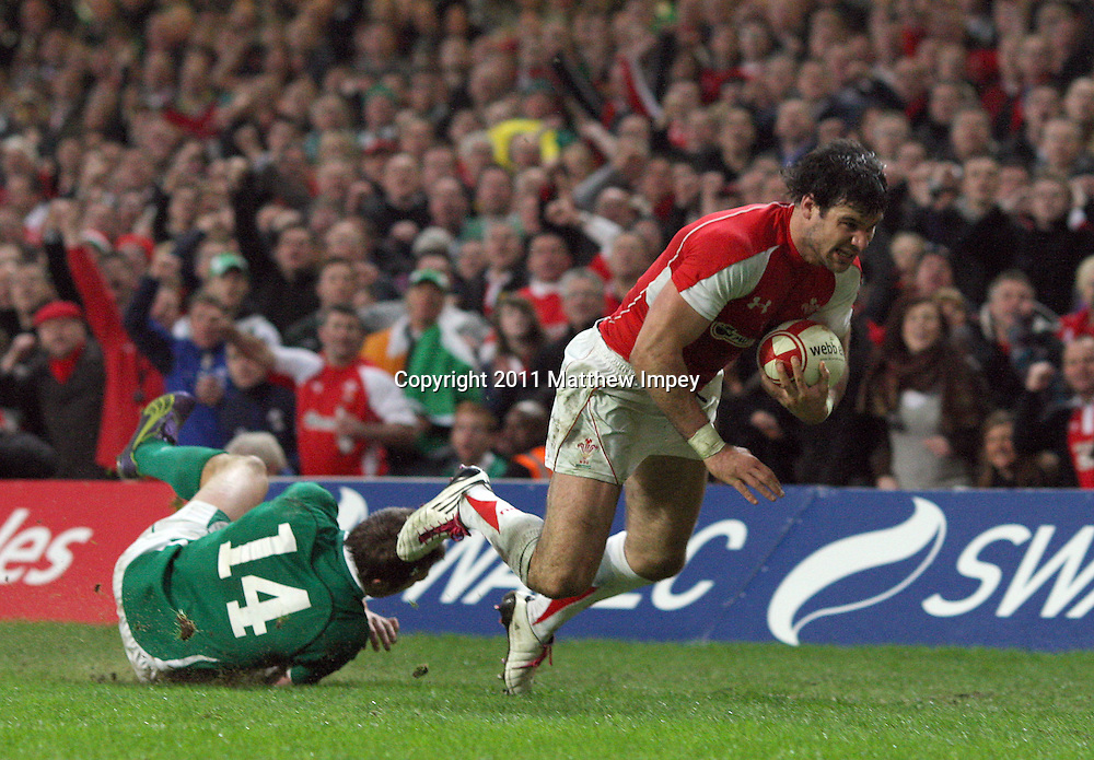 Mike Phillips beats Tommy Bowe of Ireland to score the Wales Try. Wales v Ireland, RBS 6 Nations, Millennium Stadium, Cardiff, Rugby Union, 12/03/2011 © Matthew Impey/Wiredphotos.co.uk. tel: 07789 130 347 email: matt@wiredphotos.co.uk