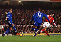 Fotball<br /> Premier League 2004/05<br /> Arsenal v Chelsea<br /> Highbury<br /> 12. desember 2004<br /> Foto: Digitalsport<br /> NORWAY ONLY<br /> Sub Robin Van Persie shoot narrowly wide near the end