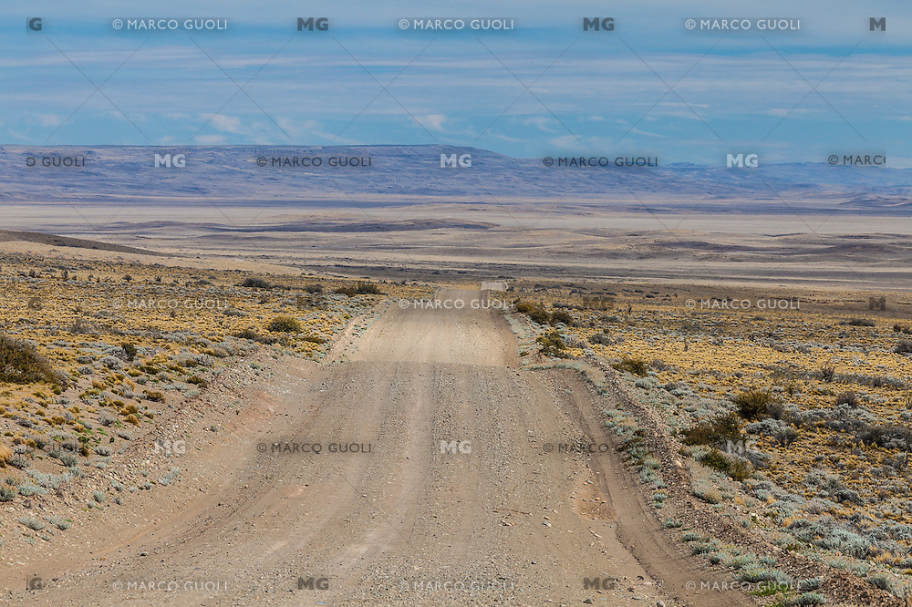 ESTEPA PATAGONICA EN RUTA 97 CAMINO A CUEVA DE LAS MANOS, PROVINCIA DE SANTA CRUZ, PATAGONIA, ARGENTINA (PHOTO © MARCO GUOLI - ALL RIGHTS RESERVED)