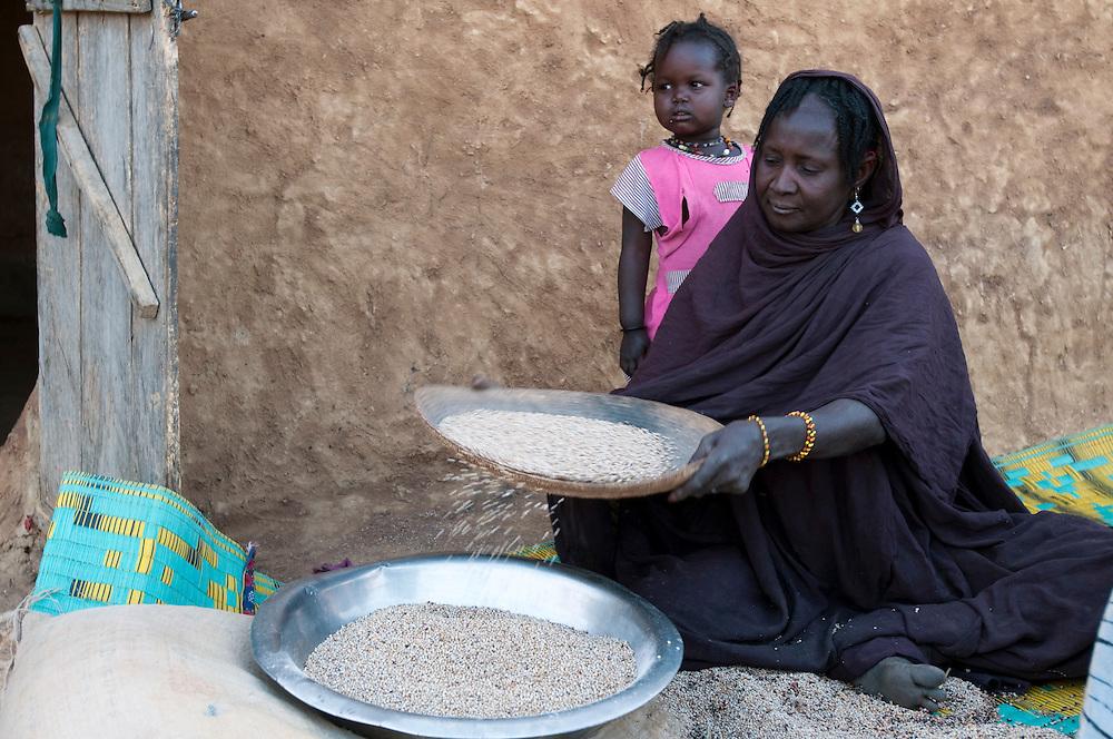 Women sifting grain in a rural village in Gorgol province..Boitieck Ehel Aly, Mauritanie. 06/03/2011..Photo © J.B. Russell