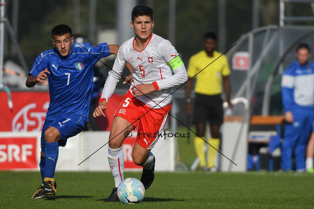 21.09.2017; Niederhasli; FUSSBALL U16 - Schweiz - Italien;<br /> Carlo Cavallo (ITA) Elmedin Fazlic (SUI) <br /> (Andy Mueller/freshfocus)