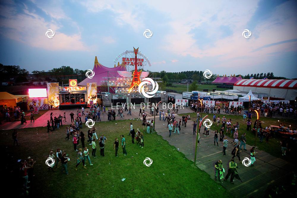 SCHIJNDEL - De eerste bezoekers van Paaspop 2011 genieten van het mooie weer en van de goede muziek. Het festival seizoen is geopend. FOTO LEVIN DEN BOER - PERSFOTO.NU