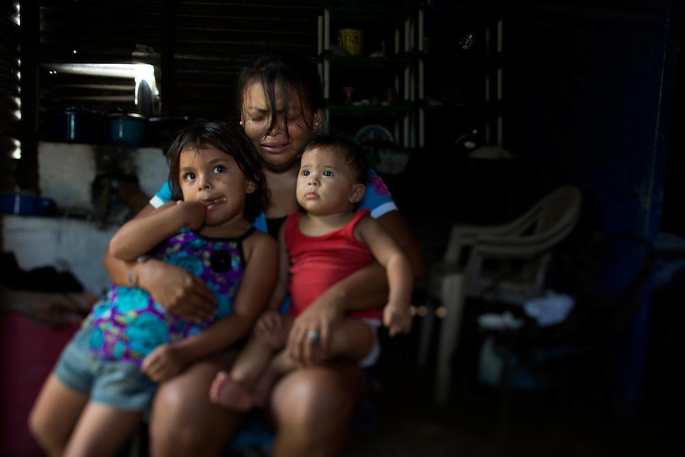 San Pedro Sula, Honduras<br /> <br /> Jessica  Henriques 26, &auml;r &auml;nka sedan n&aring;gra timmar tillbaka. Hennes man Juan 40, sk&ouml;ts ihj&auml;l av ok&auml;nda m&auml;n n&auml;r han var p&aring; v&auml;g med sin bil.<br /> Barnen Dana 4 och Juani 8 m&aring;nader. <br /> <br /> Photo: Niclas Hammarstr&ouml;m