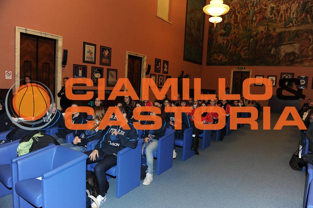 DESCRIZIONE : Roma Salone D Onore del Coni Nazionale Under 18 Femminile Presentazione Libro &quot;Ragazze d'Oro&quot;, &quot;Minibasket, l&rsquo;emozione, la scoperta, il gioco&quot; e &quot;Mamma, giurami che qui non c&rsquo;&egrave; il terremoto&quot;<br /> GIOCATORE : Nazionale Under 18 Femminile<br /> SQUADRA : <br /> EVENTO :  Nazionale Under 18 Femminile Presentazione Libro &quot;Ragazze d'Oro&quot;, &quot;Minibasket, l&rsquo;emozione, la scoperta, il gioco&quot; e &quot;Mamma, giurami che qui non c&rsquo;&egrave; il terremoto&quot;<br /> GARA : <br /> DATA : 20/12/2010<br /> CATEGORIA : Presentazione Conferenza Stampa Ritratto<br /> SPORT : Pallacanestro <br /> AUTORE : Agenzia Ciamillo-Castoria/GiulioCiamillo<br /> Galleria : Lega Basket A 2010-2011 <br /> Fotonotizia : Roma Salone D Onore del Coni Nazionale Under 18 Femminile Presentazione Libro &quot;Ragazze d'Oro&quot;, &quot;Minibasket, l&rsquo;emozione, la scoperta, il gioco&quot; e &quot;Mamma, giurami che qui non c&rsquo;&egrave; il terremoto&quot;<br /> Predefinita :