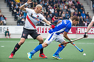AMSTELVEEN -  Bjorn Kellerman (Kampong) met links Justin Reid-Ross (A'dam)   tijdens  de  eerste finalewedstrijd van de play-offs om de landtitel in het Wagener Stadion, tussen Amsterdam en Kampong (1-1). Kampong wint de shoot outs.   COPYRIGHT KOEN SUYK