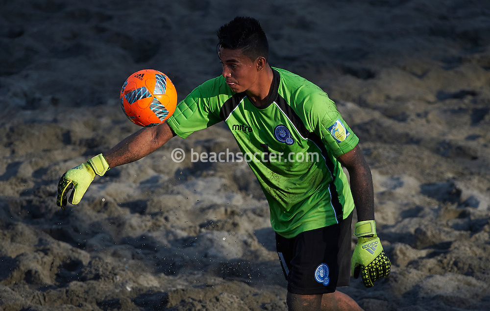 El Salvador goalkeeper Ramos in action at the Copa Pilsener 2016.