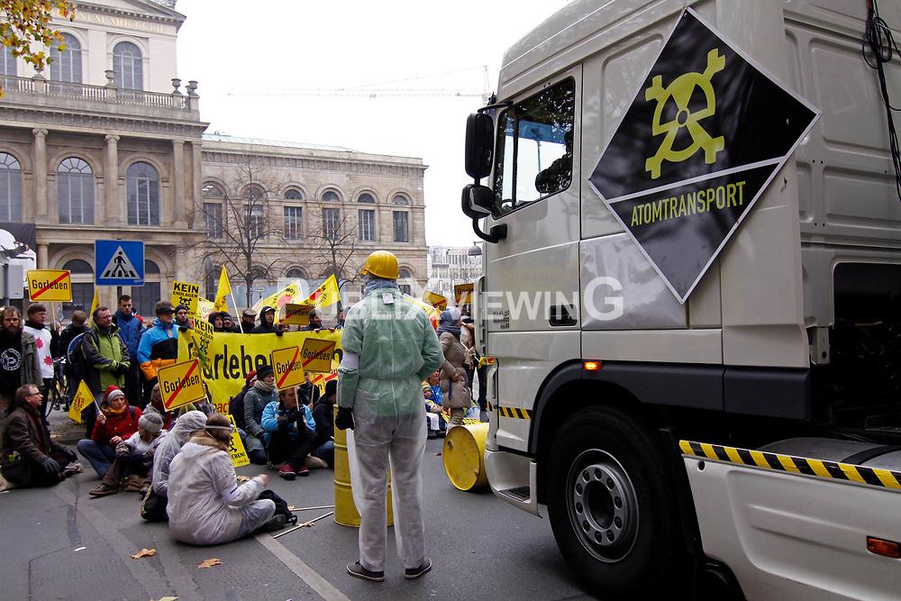 Mit einer Castorattrappe in Originalgr&ouml;&szlig;e haben Atomkraftgegner der Organisation Campact in der Hannoveraner Innenstadt gegen den am ersten Advent geplanten Atomm&uuml;lltransport nach Gorleben protestiert. Mit bunten Sitzblockaden wurde der Castortransporter mehrmals auf seinem Weg gestoppt. <br /> <br /> Ort: Hannover<br /> Copyright: Michaela M&uuml;gge<br /> Quelle: PubliXviewinG
