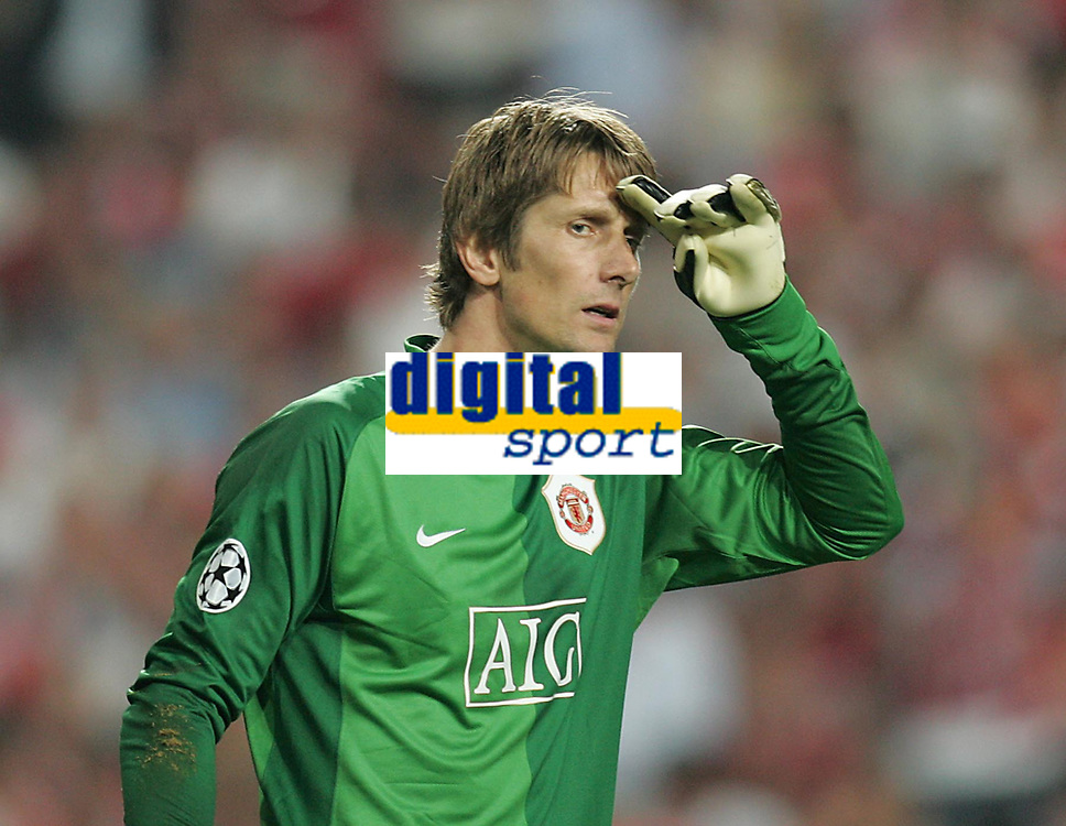 Photo: Lee Earle.<br /> Benfica v Manchester United. UEFA Champions League, Group F. 26/09/2006. United keeper Edwin Van Der Sar looks relieved after Benfica went close.