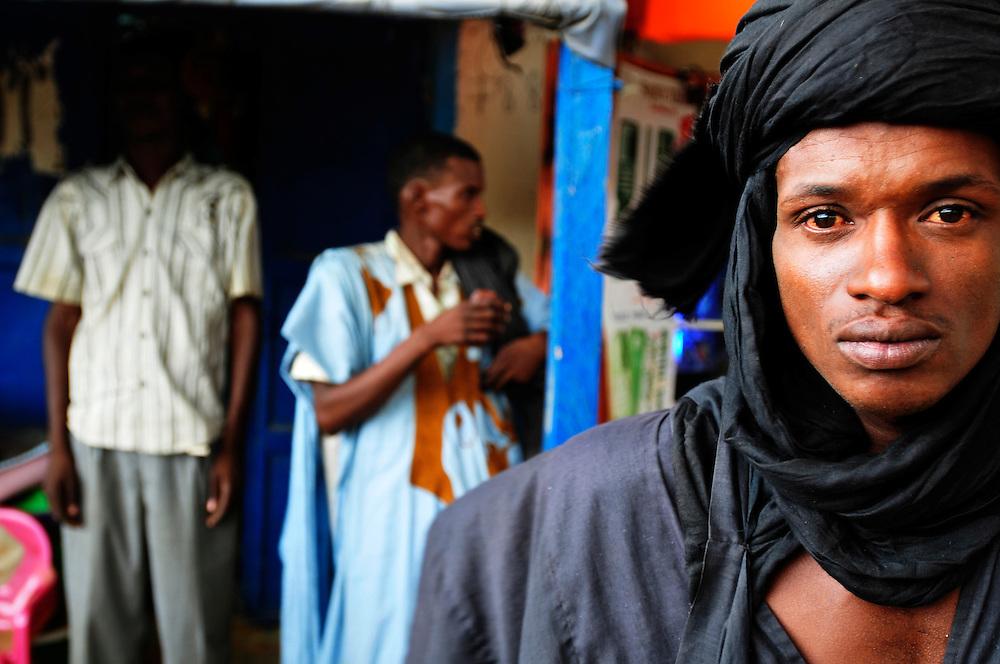 Les hommes dans les rues de Sélibaby..Sélibaby, Mauritanie. 06/09/2010..Photo © J.B. Russell