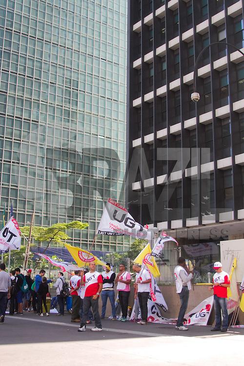 SÃO PAULO,SP, 28.10.2015 - PROTESTO UGT / BANCO CENTRA / SÃO PAULO - Manifestantes ligados a União Geral dos Trabalhadores durante ato em frente a sede do Banco Central na Avenida Paulista em São Paulo, nesta terça-feira, 28. Contra o aumento da Taxa Selic. (Foto: Kevin David / Brazil Photo Press).