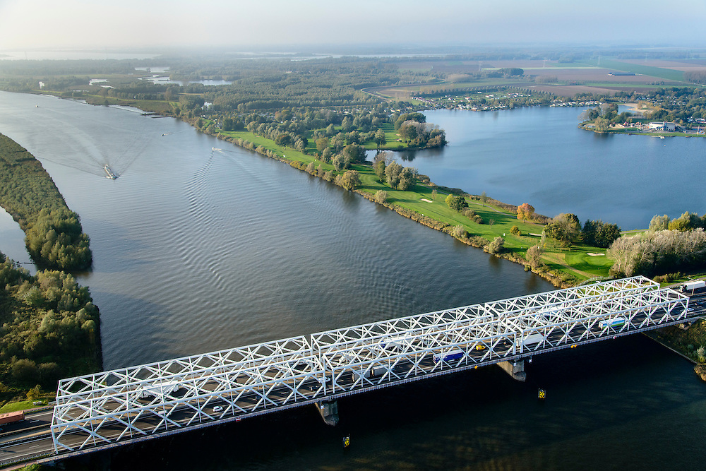 Nederland, Noord-Brabant, Gemeente Geertruidenberg,28-10-2014; Raamsdonskveer, brug over de Bergsche Maas in de A27. Brug bij Keizersveer (of Keizersveerse brug; Keizersveerbrug) <br /> Bridge across arm of river Meuse.<br /> <br /> luchtfoto (toeslag op standard tarieven);<br /> aerial photo (additional fee required);<br /> copyright foto/photo Siebe Swart