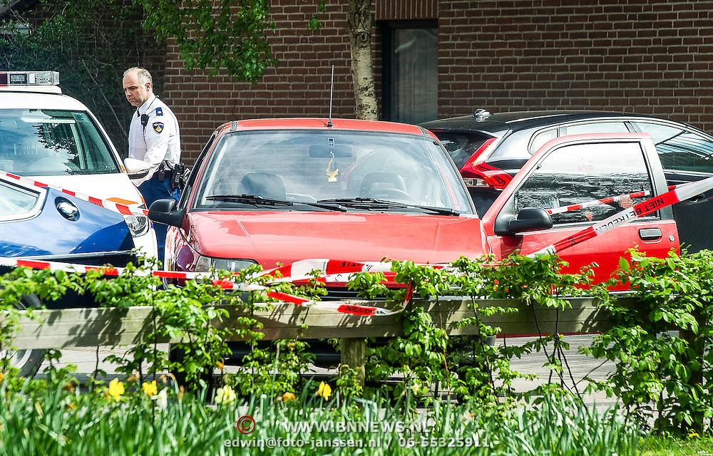 Amsterdam, 12-04-2014. Bij een schietpartij in Amsterdam-Oost zijn zaterdagmiddag twee gewonden gevallen. E&eacute;n van de gewonden werd aangetroffen op de Molukkenstraat, de ander in een auto aan de Tapijtschelp in Diemen. <br /> Een van de slachtoffers werd aangetroffen in de Molukkenstraat. Het gaat om een 37-jarige man die gewond is geraakt in buik en been. Het schietincident heeft volgens de politie echter niet op die plek plaatsgevonden. Een bloedspoor leidde naar een woning in de Bataviastraat. In die woning trof men bloedsporen en ook een hennepplantage aan. Het slachtoffer is naar het ziekenhuis gebracht. <br /> Op de Tapijtschelp in Diemen kon de politie een man aanhouden die betrokken zou zijn geweest bij de schietpartij. Ook hij had een schotwond in zijn been. Agenten hebben bij de arrestatie een waarschuwingsschot gelost. Beide mannen zijn op dit moment voor de politie zowel verdachte als slachtoffer. De technische recherche doet onderzoek naar de schietpartij.