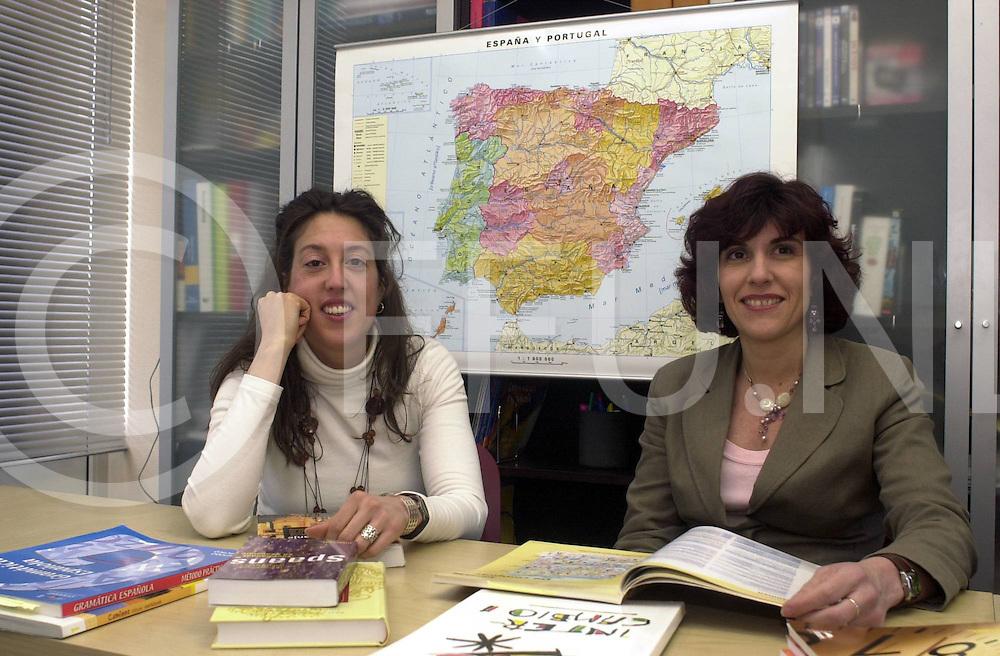 060404,ommen,nederland,<br /> twee spaanse leraressen voor spaanse les,<br /> fotografiefrankuijlenbroek&copy;2006sanderuijlenbroek